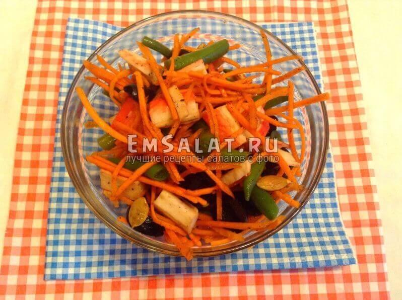 Перемешанный и заправленный соусом салат
