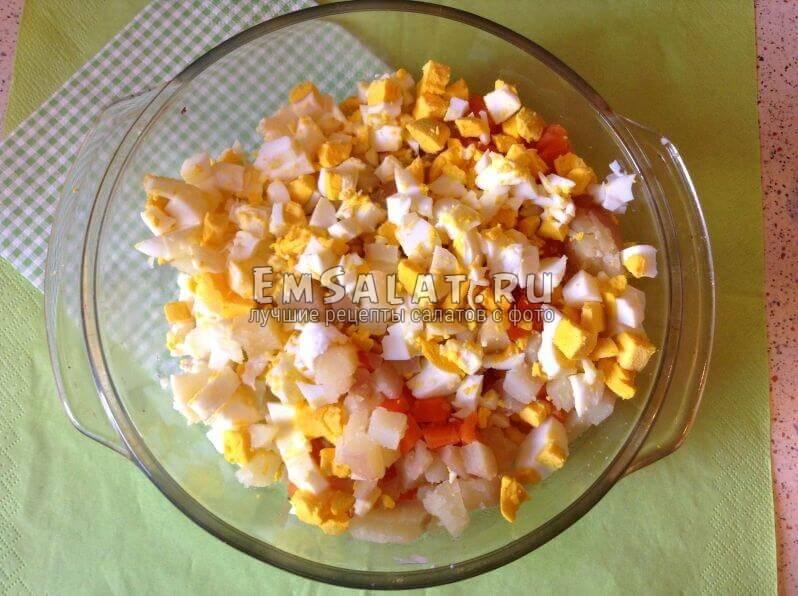 нарезанные овощи и яйца
