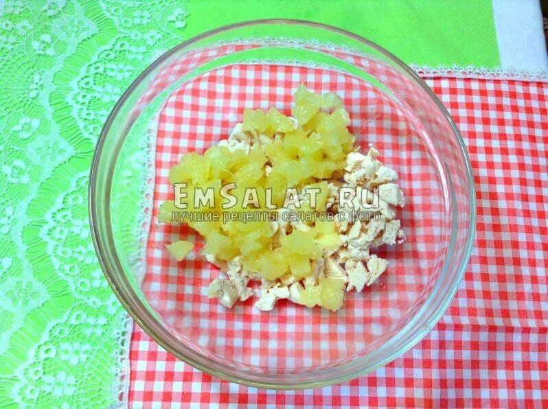 филе и ананас в пиале