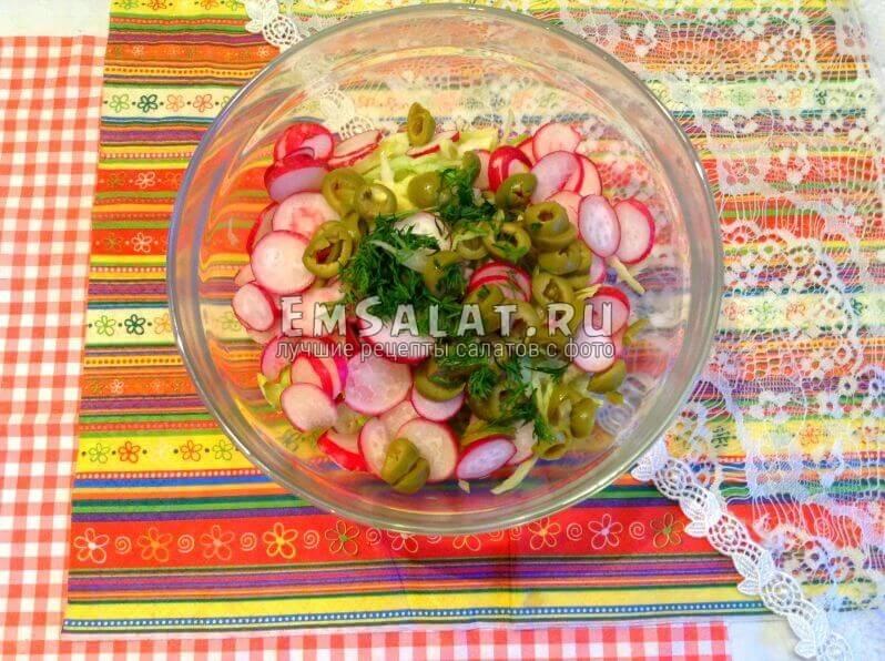 капуста, оливки, редиска и укроп