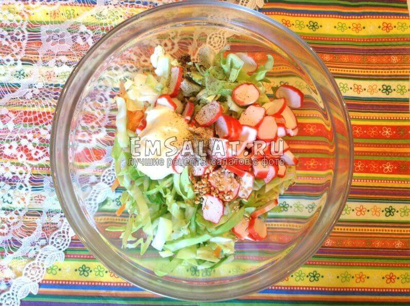 Крабовый салат с перцем и кунжутом