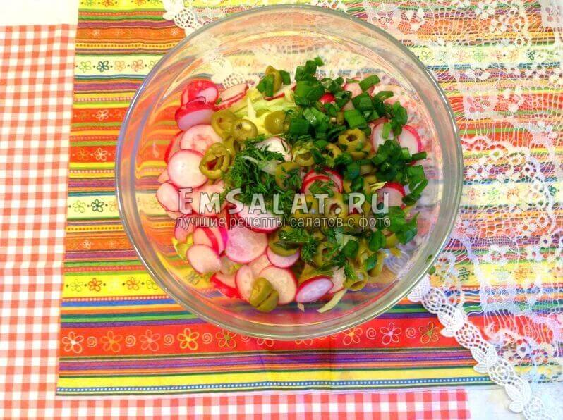 овощная нарезка с зеленью, луком и оливками