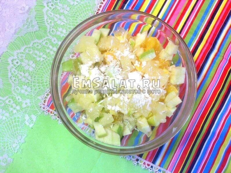 Салат из фруктов с кокосовой стружкой и сахарной пудрой