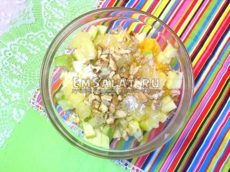 Готовый салат с орехами и семечками