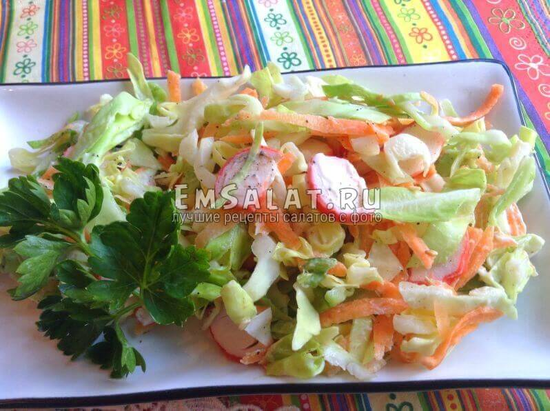 готовый салат Крабовый коктейль с кунжутом на тарелке