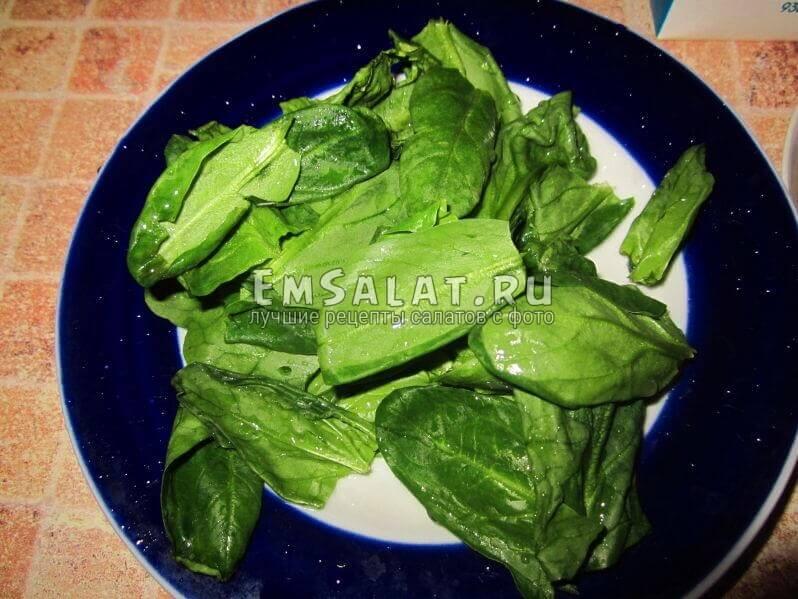 чистые шпинатные листья без стеблей