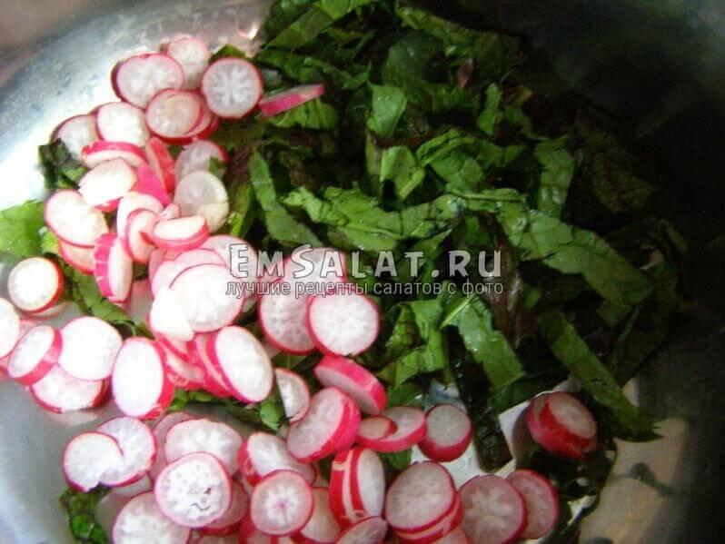 нарезнный кресс-салат в миске