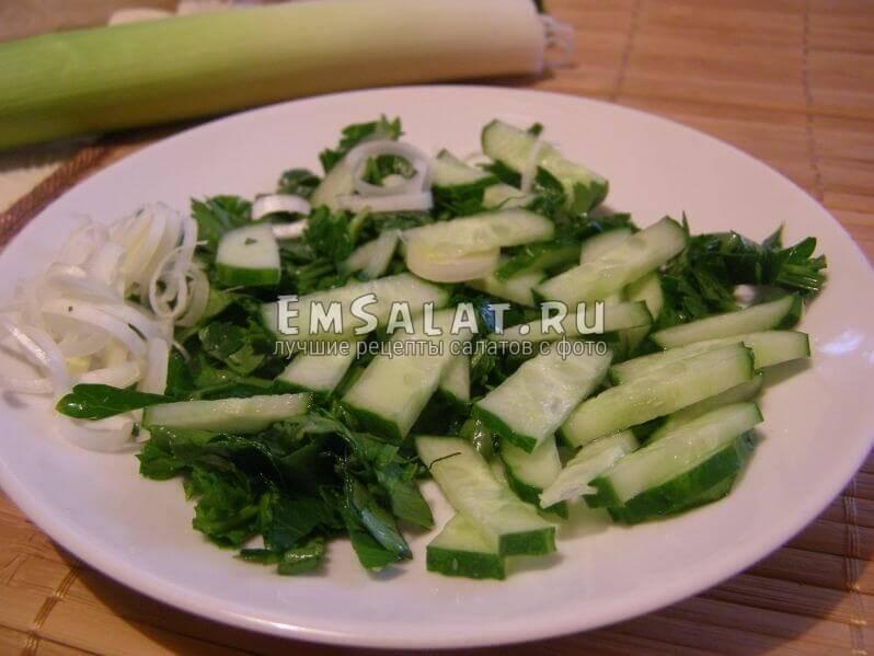нарезанные лук, огурец и зелень