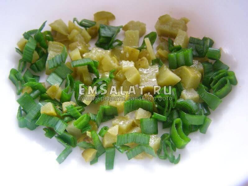 лук зеленый и огурец нарезаны