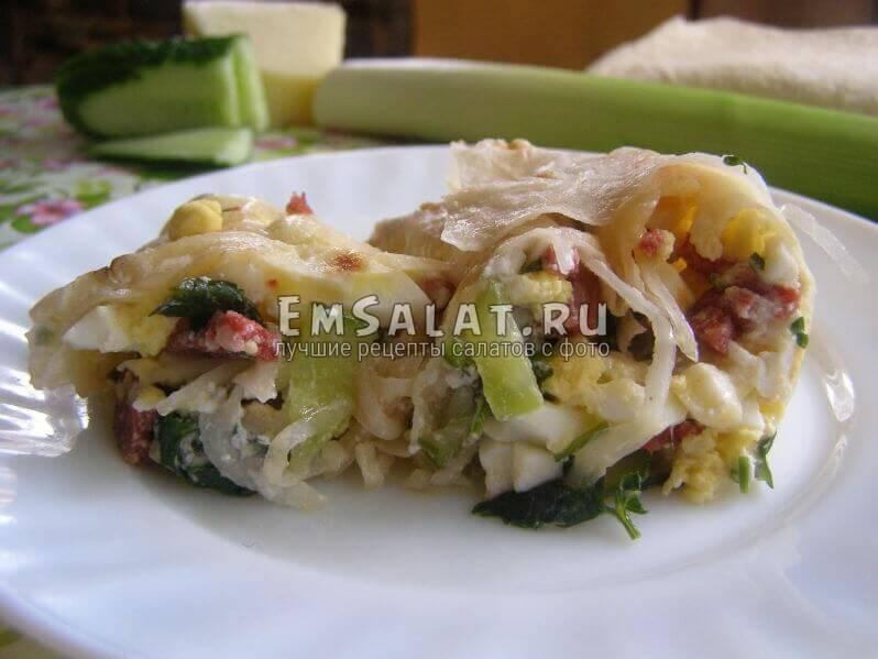 салат в тарелочке