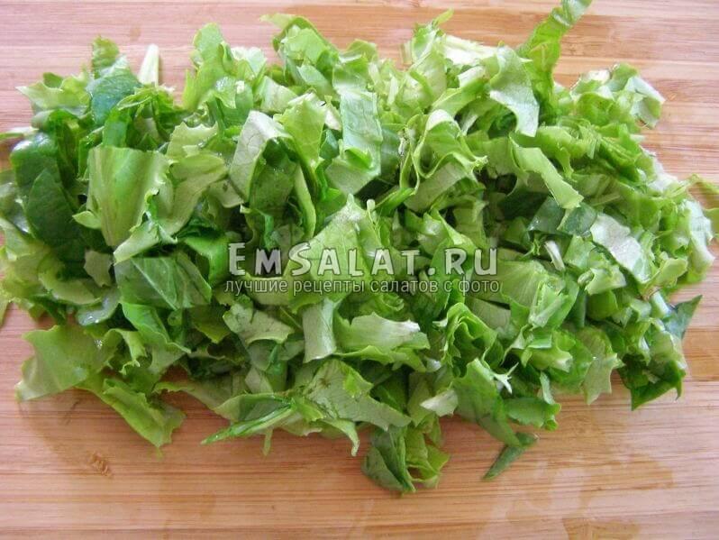 нарезка шпината и салата