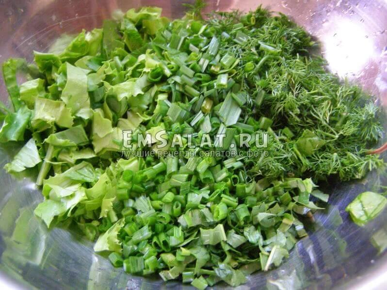 в миске зелень и лук