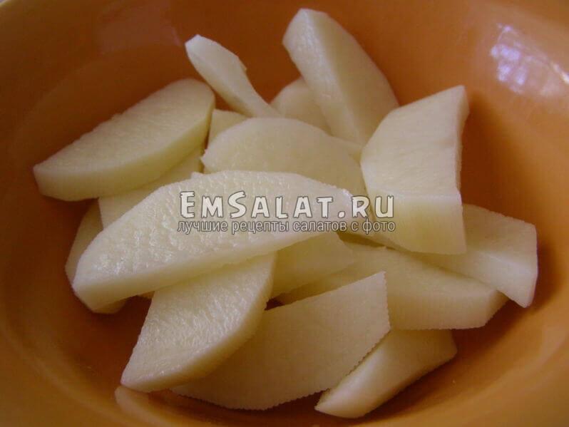 картофель нарезан