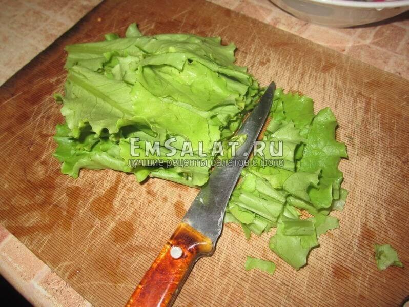 нарезаем на доске салатные листья