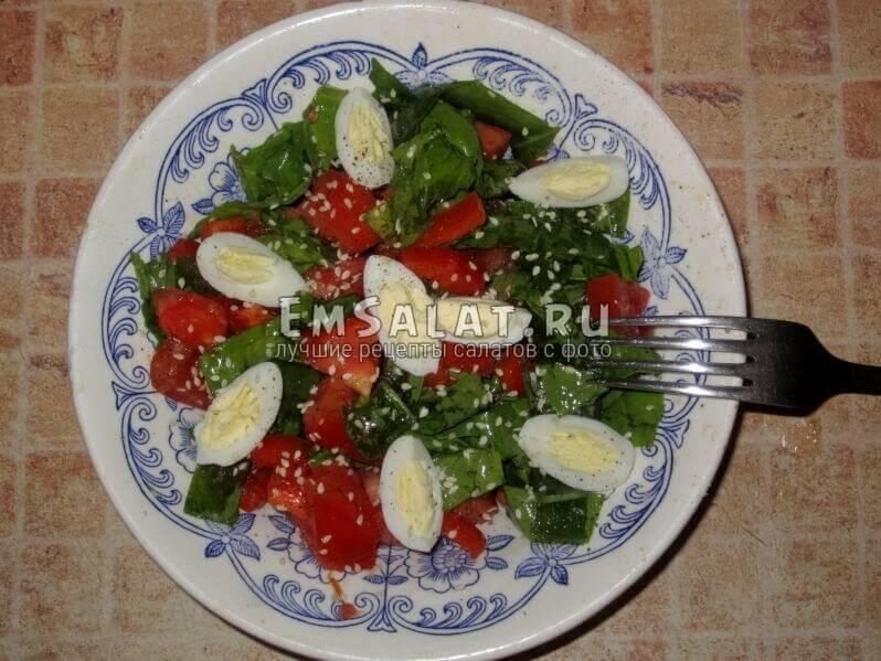 перемешанный шпинатный салат, украшен яйцами