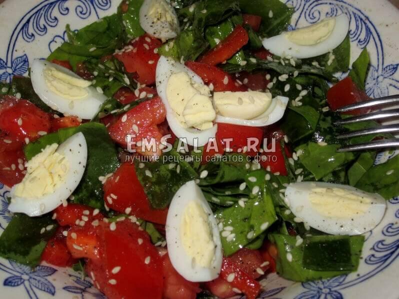 Салат из шпината, яиц, перца, помидор и кунжута