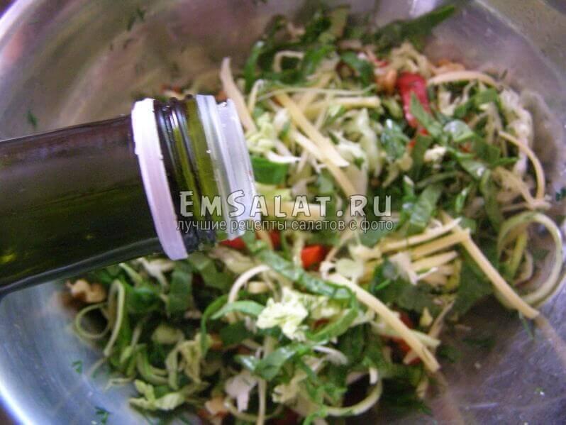 в салат льется масло