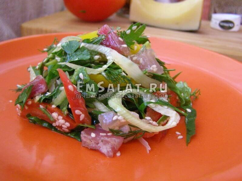 Салат с вяленой рыбой на тарелке