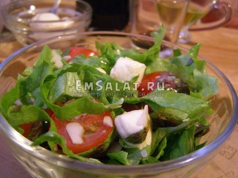 Салат с моцареллой и шпинатом