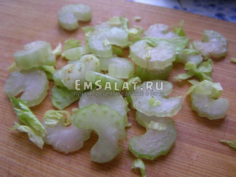 сельдерей стеблевой, салат теплый с яичницей