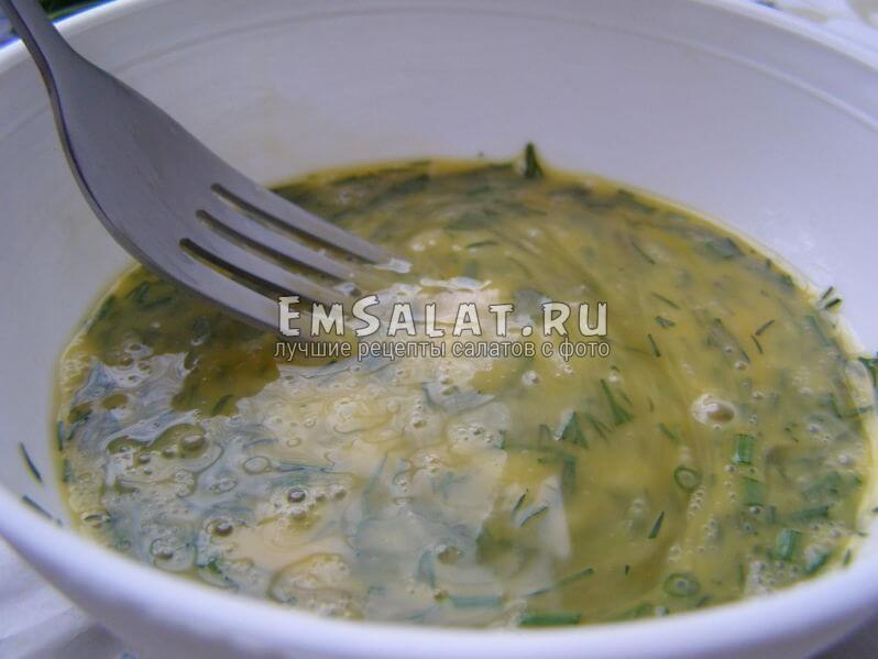укроп, сиешанный с яйцами,салат теплый с яичницей