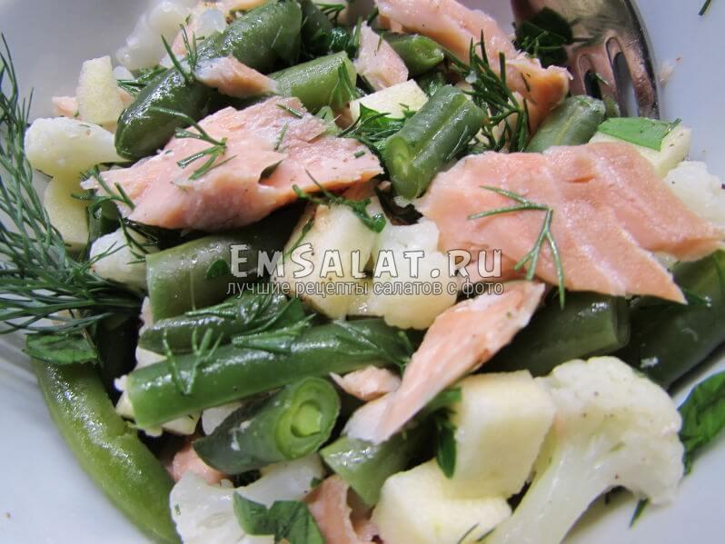 салат из копчёной кеты и овощей готов.
