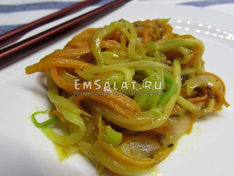 теплый тайский салат готов
