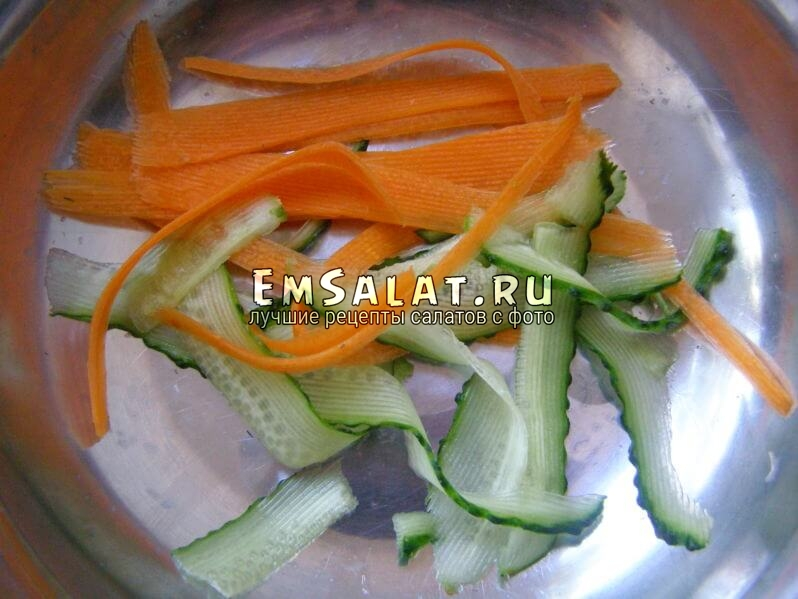 огурец и морковь в миске