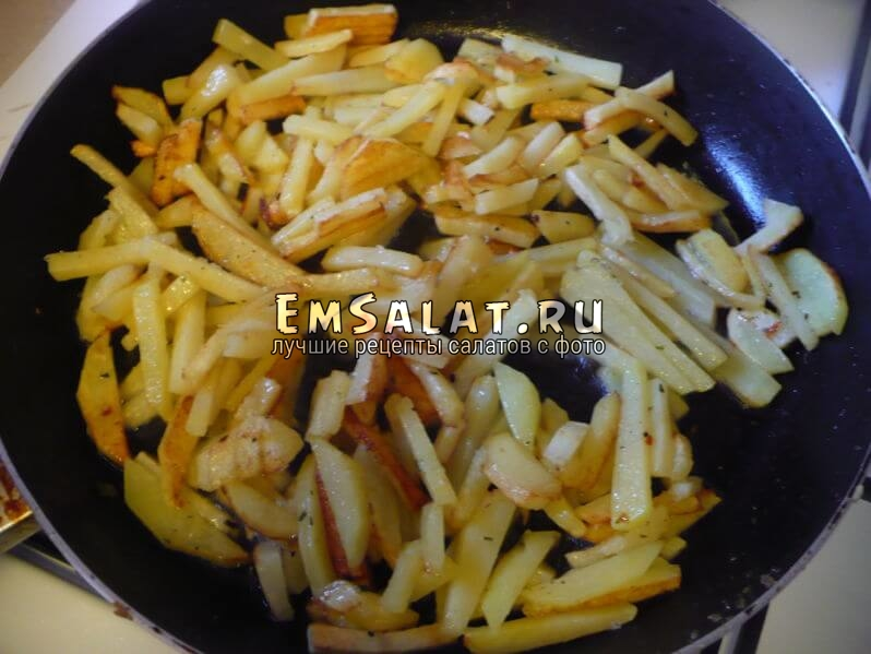 Обжарить картофель.