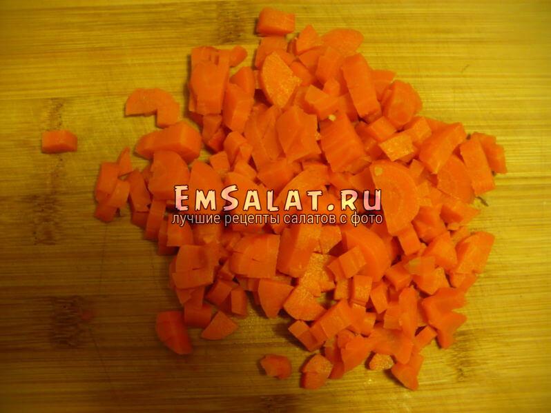Морковь нарезать кубиками.